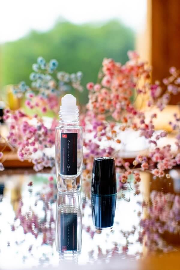 parfumerine esencija aliejiniai kvepalai tarp geliu